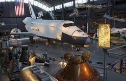 Διαστημικό όχημα πυκνών δρομολογίων και άλλα οχήματα στοκ φωτογραφία