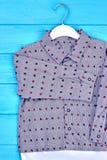 Διαστιγμένο βαμβάκι πουκάμισο για το αγόρι μικρών παιδιών Στοκ Εικόνα