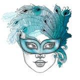 Διαστιγμένο πρόσωπο κοριτσιών στην ενετική μάσκα Colombina καρναβαλιού με τα φτερά περιλήψεων peacock στο άσπρο υπόβαθρο Στοκ Εικόνες