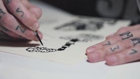 Διαστισμένα θηλυκά χέρια που σύρουν το σκίτσο του καπνίζοντας σωλήνα απόθεμα βίντεο
