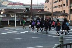 Διασχίζοντας το δρόμο - μαθητές στην Ιαπωνία Στοκ φωτογραφία με δικαίωμα ελεύθερης χρήσης