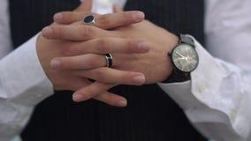 Διασχισμένα δάχτυλα κοντά επάνω του μοντέρνου ατόμου στο κλασσικό κοστούμι Μοντέρνο ρολόι σε ετοιμότητα του μεγάλου προϊσταμένου απόθεμα βίντεο