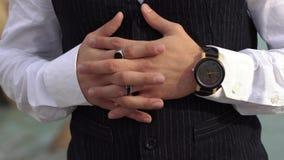 Διασχισμένα δάχτυλα του μοντέρνου ατόμου σε ένα άσπρο πουκάμισο κοντά επάνω Μοντέρνο ρολόι σε ετοιμότητα του μεγάλου προϊσταμένου φιλμ μικρού μήκους