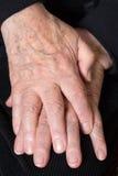 Διασχισμένα χέρια ενός παλαιού πρεσβυτέρου Στοκ Εικόνα