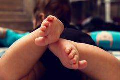 Διασχισμένη κινηματογράφηση σε πρώτο πλάνο ποδιών μωρών, toe που διαδίδονται Στοκ Εικόνα