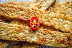 Διασχισμένος τηγανισμένος tempeh διακοσμημένος με τεμαχισμένο ψυχρό στοκ φωτογραφία με δικαίωμα ελεύθερης χρήσης