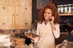 Διαταγή καφέδων που γίνεται απλή με την τεχνολογία Στοκ εικόνα με δικαίωμα ελεύθερης χρήσης