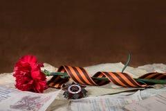 Διαταγή του πατριωτικού πολέμου, του κόκκινων γαρίφαλου και της κορδέλλας του ST George Στοκ φωτογραφία με δικαίωμα ελεύθερης χρήσης