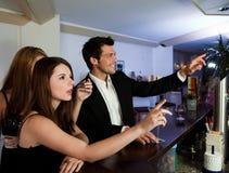 Διαταγή των ποτών στη ράβδο Στοκ εικόνα με δικαίωμα ελεύθερης χρήσης