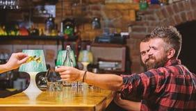 Διαταγή των ποτών στο φραγμό Αγορά και πληρωμή Έννοια χρημάτων μετρητών Άκρες άδειας για bartender Άκρη που δίνεται στο σερβιτόρο στοκ εικόνες με δικαίωμα ελεύθερης χρήσης