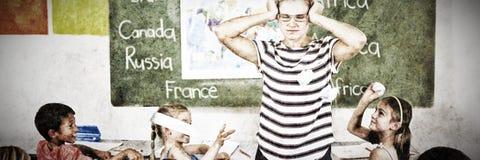 Διαταραγμένος δάσκαλος από το θόρυβο μαθητών στοκ εικόνες