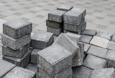 Γκρίζα τετραγωνικά τούβλα πεζοδρομίων σε ένα απόθεμα Στοκ εικόνα με δικαίωμα ελεύθερης χρήσης
