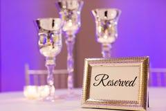 Διατηρημένο επιτραπέζιο σημάδι για τη δεξίωση γάμου στοκ φωτογραφίες