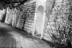 Διατηρώντας τοίχος που κρατά το χώμα στην ακτή Μαύρης Θάλασσας στην πιό ενδιαφέρουσα και όμορφη μορφή Στοκ Φωτογραφίες