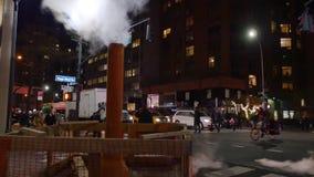 Διατομή σκηνής πόλεων νύχτας του Μανχάταν με το σωλήνα εξάτμισης απόθεμα βίντεο