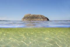 Διατομή των υποβρύχιων και μερών επιφάνειας της θάλασσας Άποψη τ στοκ φωτογραφίες με δικαίωμα ελεύθερης χρήσης