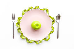 Διατροφή αδυνατίσματος Apple στο πιάτο και τη μέτρηση της ταινίας στην άσπρη τοπ άποψη υποβάθρου Στοκ εικόνα με δικαίωμα ελεύθερης χρήσης