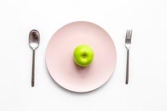 Διατροφή αδυνατίσματος Apple στο πιάτο στην άσπρη τοπ άποψη υποβάθρου Στοκ φωτογραφίες με δικαίωμα ελεύθερης χρήσης