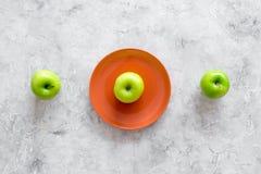 Διατροφή αδυνατίσματος Apple στο πιάτο στην γκρίζα τοπ άποψη υποβάθρου πετρών copyspace Στοκ Εικόνες