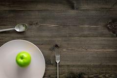 Διατροφή αδυνατίσματος Apple στο πιάτο στην ξύλινη τοπ άποψη υποβάθρου copyspace Στοκ Φωτογραφία