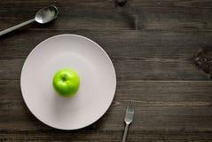 Διατροφή αδυνατίσματος Apple στο πιάτο στην ξύλινη τοπ άποψη υποβάθρου copyspace Στοκ Εικόνες