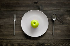 Διατροφή αδυνατίσματος Apple στο πιάτο στην ξύλινη τοπ άποψη υποβάθρου Στοκ φωτογραφία με δικαίωμα ελεύθερης χρήσης