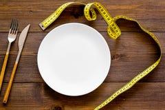 Διατροφή για την έννοια απώλειας βάρους Κατάλληλη διατροφή Ιατρικός λιμός Κενό πιάτο με το δίκρανο και μαχαίρι που μετρά πλησίον  στοκ φωτογραφίες με δικαίωμα ελεύθερης χρήσης