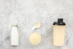 Διατροφή για το workout με το πρωτεϊνικά κοκτέιλ, τη σκόνη και το γάλα στο τοπ πρότυπο άποψης υποβάθρου πετρών στοκ φωτογραφία με δικαίωμα ελεύθερης χρήσης
