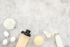 Διατροφή για το workout με το πρωτεϊνικά κοκτέιλ, τη σκόνη, τα αυγά και το γάλα στο τοπ πρότυπο άποψης υποβάθρου πετρών στοκ φωτογραφία με δικαίωμα ελεύθερης χρήσης