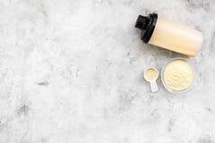 Διατροφή για το workout με το πρωτεϊνικές κοκτέιλ, τη σκόνη και τη σέσουλα στο τοπ πρότυπο άποψης υποβάθρου πετρών στοκ φωτογραφίες με δικαίωμα ελεύθερης χρήσης