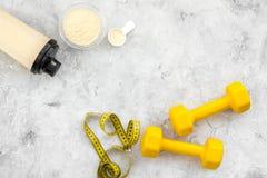 Διατροφή για το workout με το πρωτεϊνικούς κοκτέιλ, τη σκόνη και τους φραγμούς στο τοπ πρότυπο άποψης υποβάθρου πετρών στοκ εικόνα με δικαίωμα ελεύθερης χρήσης