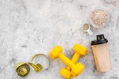 Διατροφή για το workout με το πρωτεϊνικούς κοκτέιλ, τη σκόνη και τους φραγμούς στο τοπ πρότυπο άποψης υποβάθρου πετρών στοκ φωτογραφία