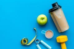 Διατροφή για το workout με το πρωτεϊνικό κοκτέιλ και τους φραγμούς στο μπλε πρότυπο άποψης υποβάθρου τοπ στοκ φωτογραφία με δικαίωμα ελεύθερης χρήσης