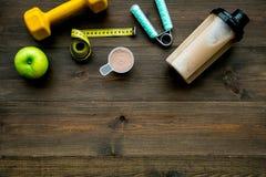 Διατροφή για το workout με το πρωτεϊνικό κοκτέιλ και τους φραγμούς στο ξύλινο πρότυπο άποψης υποβάθρου τοπ στοκ εικόνες με δικαίωμα ελεύθερης χρήσης