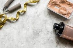 Διατροφή για το workout με την πρωτεϊνική σκόνη κοκτέιλ, την ταινία μέτρου και τους φραγμούς στο τοπ πρότυπο άποψης υποβάθρου πετ στοκ εικόνες