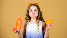 ( Διατροφή θερινών βιταμινών E Φυσική πηγή βιταμινών Το κορίτσι παιδιών τρώει τα πορτοκαλιά φρούτα και πίνει το πορτοκάλι στοκ εικόνες με δικαίωμα ελεύθερης χρήσης