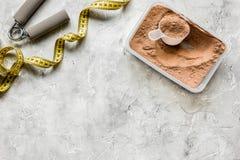 Διατροφή ικανότητας με τους φραγμούς και την ταινία μέτρου στο τοπ πρότυπο άποψης υποβάθρου πετρών στοκ εικόνα