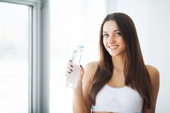 Διατροφή και πόσιμο νερό Γυναίκα με το μπουκάλι νερό στοκ εικόνες