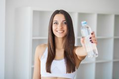 Διατροφή και πόσιμο νερό Γυναίκα με το μπουκάλι νερό στοκ φωτογραφίες
