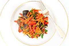 Διατροφή και υγιεινά τρόφιμα: Σαλάτα με τη μελιτζάνα και τα καρότα Στοκ εικόνες με δικαίωμα ελεύθερης χρήσης