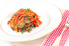 Διατροφή και υγιεινά τρόφιμα: Σαλάτα με τη μελιτζάνα και τα καρότα Στοκ Φωτογραφία