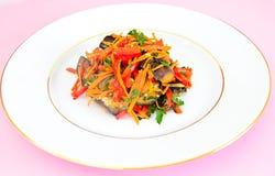 Διατροφή και υγιεινά τρόφιμα: Σαλάτα με τη μελιτζάνα Στοκ Φωτογραφία
