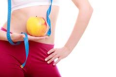 Διατροφή. Μέση του κατάλληλου κοριτσιού με το μήλο ταινιών μέτρου στοκ εικόνα με δικαίωμα ελεύθερης χρήσης