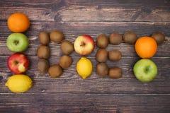 Διατροφή που γράφεται με τα φρούτα στοκ φωτογραφία