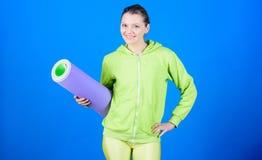 Διατροφή υγείας   Ισχυροί μυ'ες και δύναμη Φίλαθλη κατάρτιση γυναικών στη γυμναστική Ευτυχής γυναίκα workout με το χαλί ικανότητα στοκ εικόνες με δικαίωμα ελεύθερης χρήσης