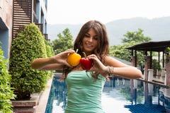Διατροφή Detox Κορίτσι Helthy με το πιπέρι στα χέρια της Στοκ Εικόνες