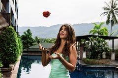 Διατροφή Detox: νέο κατάλληλο αστείο κορίτσι που ρίχνει το πιπέρι κουδουνιών στον ουρανό Στοκ εικόνα με δικαίωμα ελεύθερης χρήσης