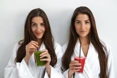 Διατροφή Detox Υγιείς γυναίκες που πίνουν το φρέσκο χυμό, καταφερτζής στο εσωτερικό Στοκ φωτογραφίες με δικαίωμα ελεύθερης χρήσης