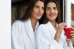 Διατροφή Detox Υγιείς γυναίκες που πίνουν το φρέσκο χυμό, καταφερτζής στο εσωτερικό Στοκ Εικόνα
