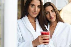 Διατροφή Detox Υγιείς γυναίκες που πίνουν το φρέσκο χυμό, καταφερτζής στο εσωτερικό Στοκ Φωτογραφίες